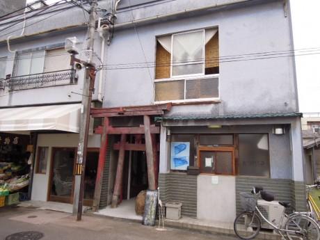 残された鳥居を生かしリノベーションを行った昭和初期の建物