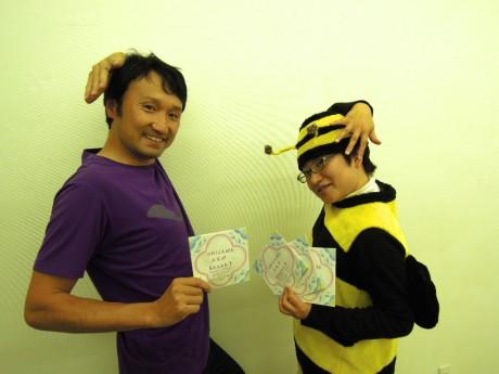 MAEMU企画代表の下村英之さん(38)と、スタッフで参加作家でもあるニシユキさん