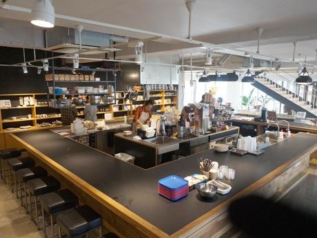 店内のオープンキッチン