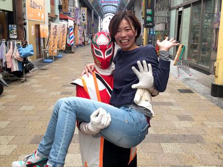 岡山駅前商店街の「桃太郎市」が3周年 ご当地ヒーローの「お姫様抱っこ」も