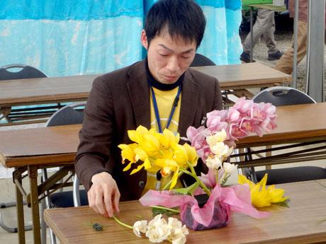 洋ランのアレンジメントに挑戦する岡山市地域おこし協力隊の宮嶋さん