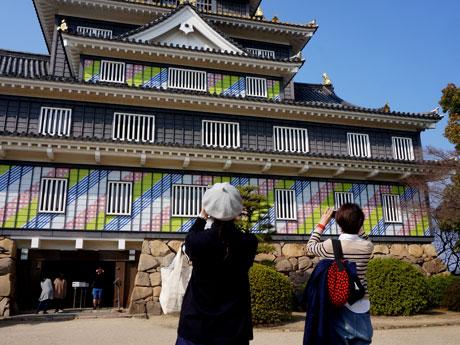 マスキングテープ「mt」で装飾された岡山城天守閣