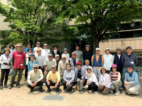 参加者と指導者の毛利鏡子さん(最前列左から3人目)