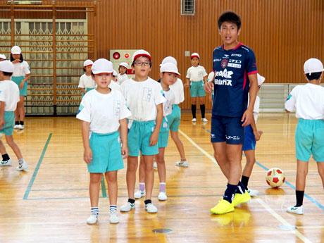 児童にアドバイスするファジアーノ岡山の豊川雄太選手