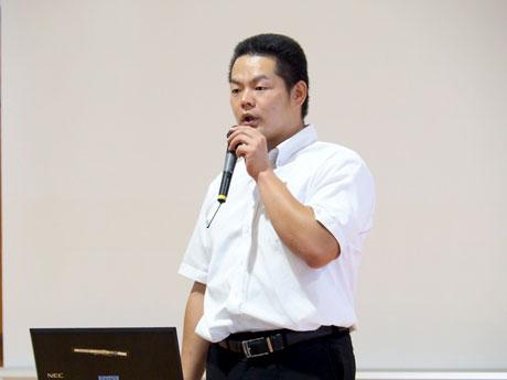 牧場の写真を説明する教諭の竹島潤さん
