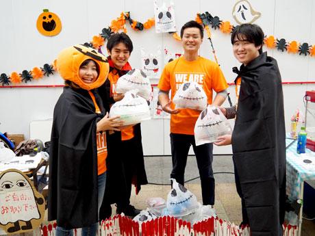 「ガイコツ型ゴミ袋」でごみを回収する「学生応援コミュニティ とりのす」の(左から)持田つかささん、根岸恭志さんとメンバー