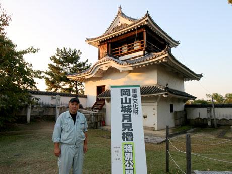 月見櫓前の高橋伸二さん