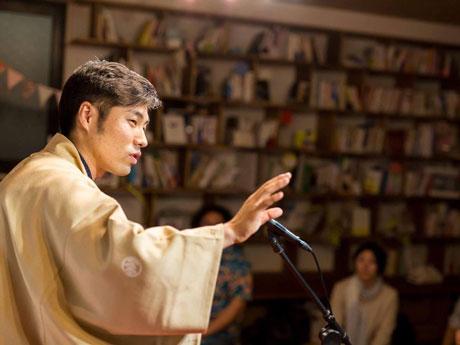 熱のこもった落語を披露する立川志の彦さん