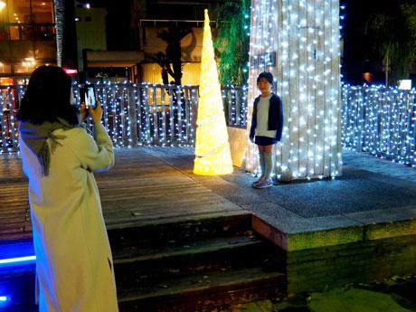 西川緑道公園内の野殿橋ステージ上で記念撮影をする母子の様子