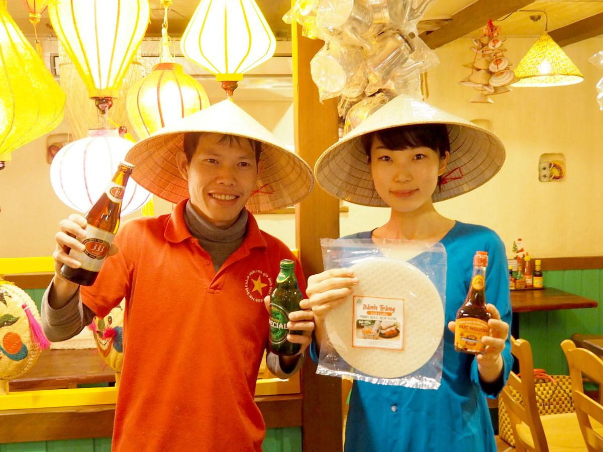 ベトナム料理店「アオババ」のタイ・ヴァン・チェンさん(左)とアオババを着た白川愛佑美(あゆみ)さん