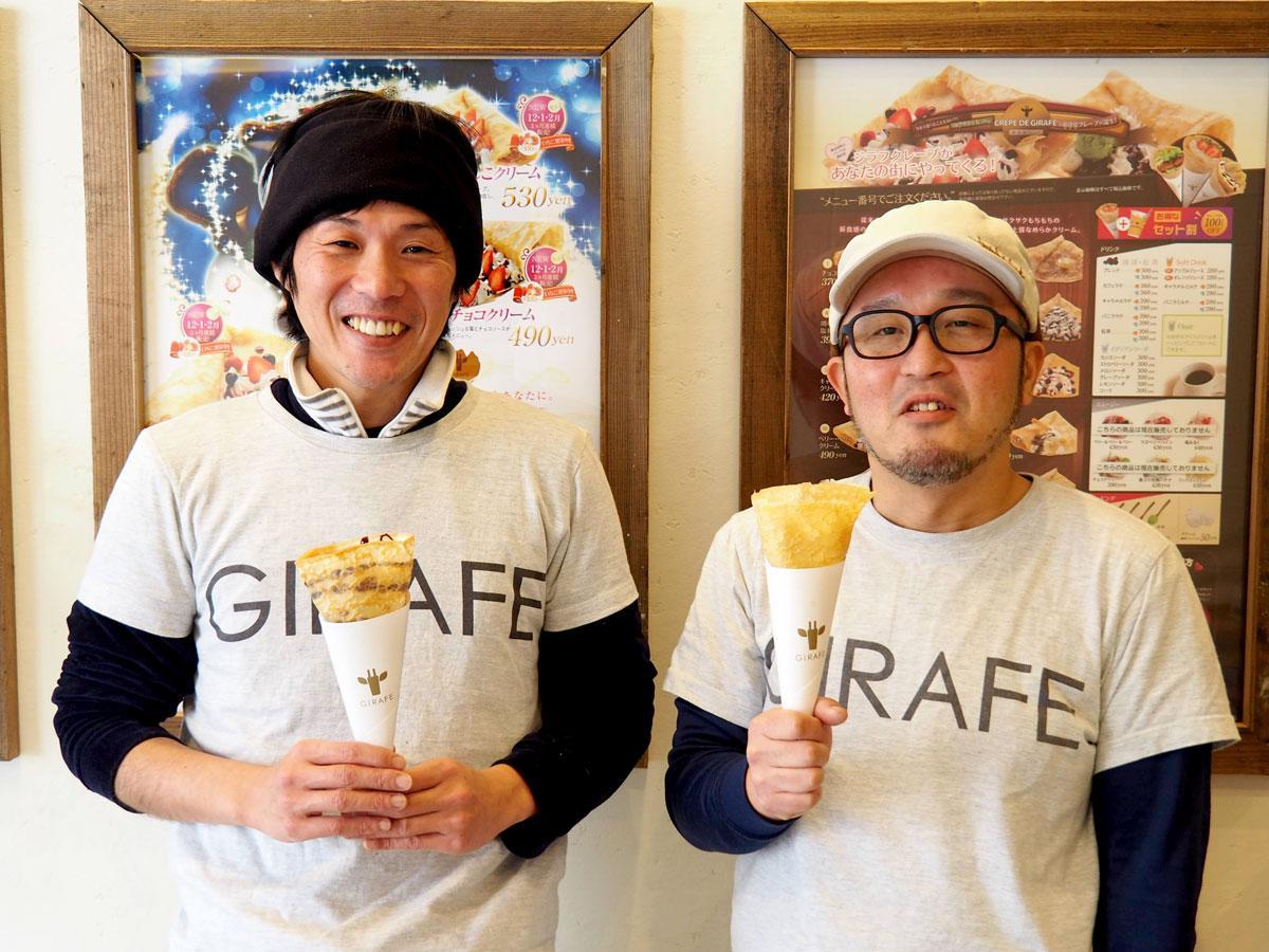 店内に立つ副店長の堤恵吾さん(左)と店長の加藤彰さん