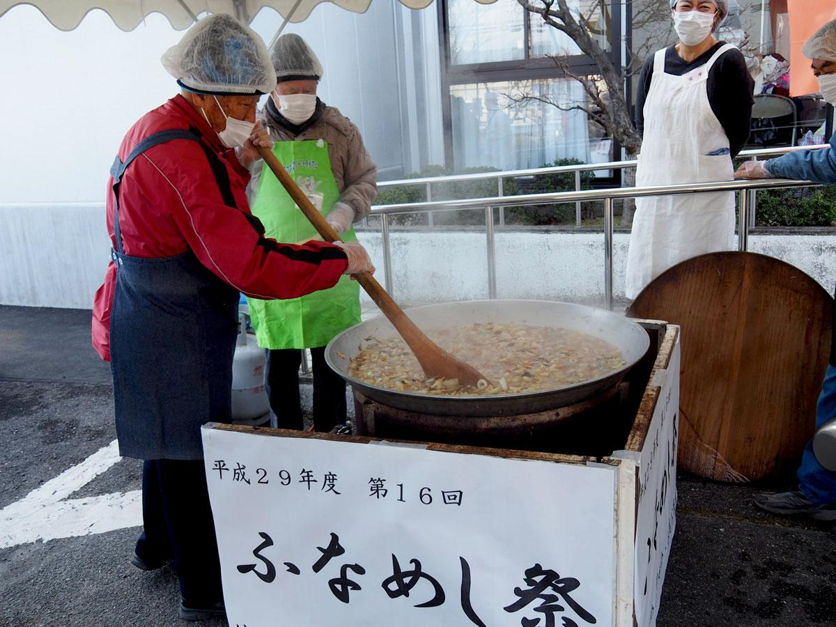 大鍋でふなめしを調理する様子