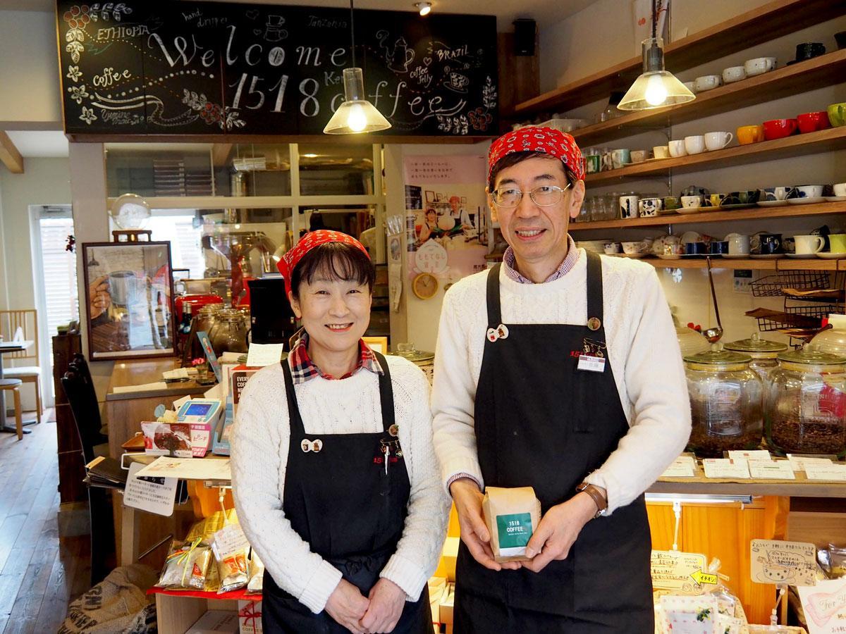 カウンター前に立つ佐藤道子さん(左)との店主の佐藤幸男さん(右)