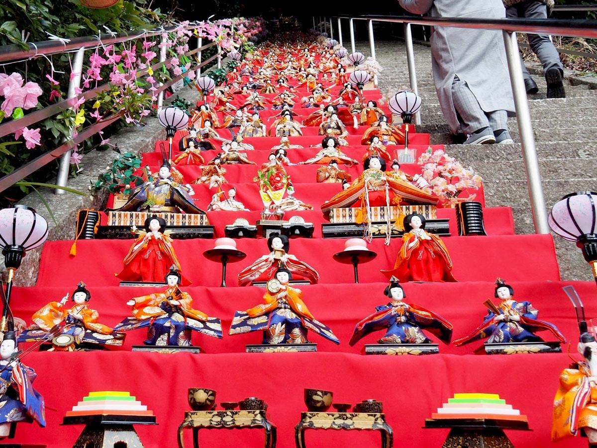宇佐八幡宮の石段62段に展示されたひな人形