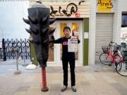 岡山駅前商店街の「桃太郎市」が4周年 2メートルの金棒登場も