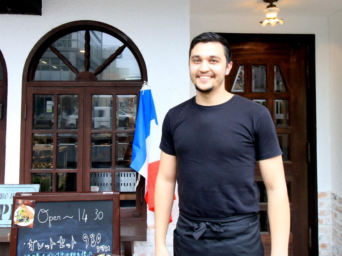 ガレット・クレープ店「Kenavo」前で店主のジェレミーさん