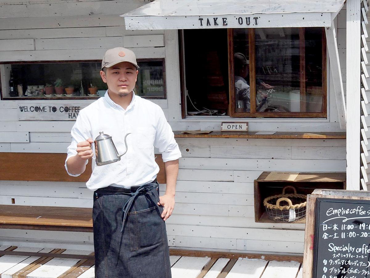 empire coffee stand店舗前に立つ店長の大橋昌平さん
