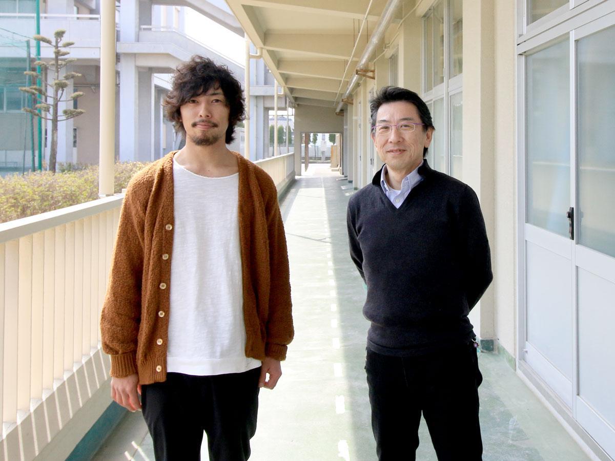 校内のヤマモトケイジさん(左)と土師孝法さん(右)