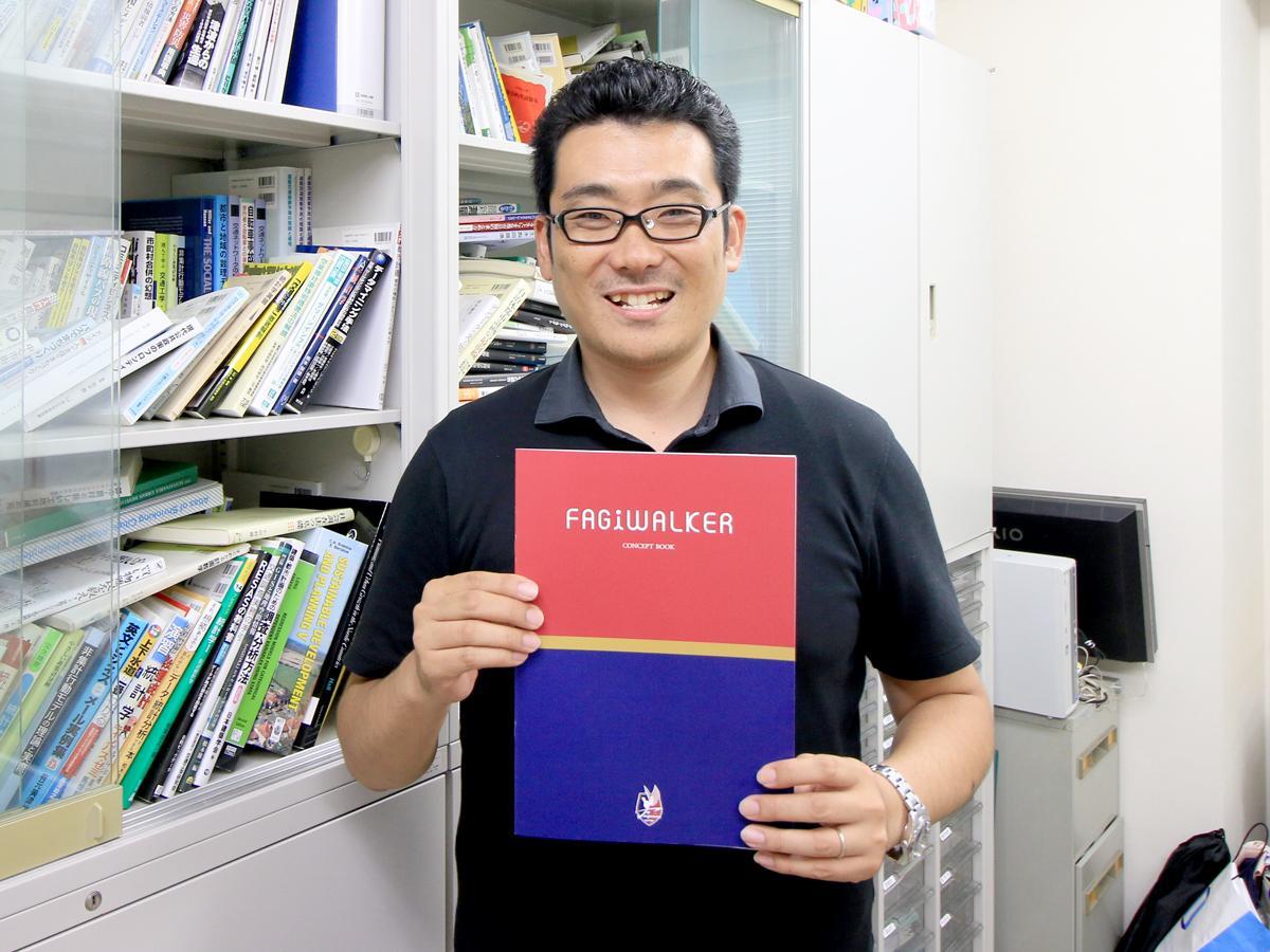 コンセプトブックを持つ氏原岳人さん