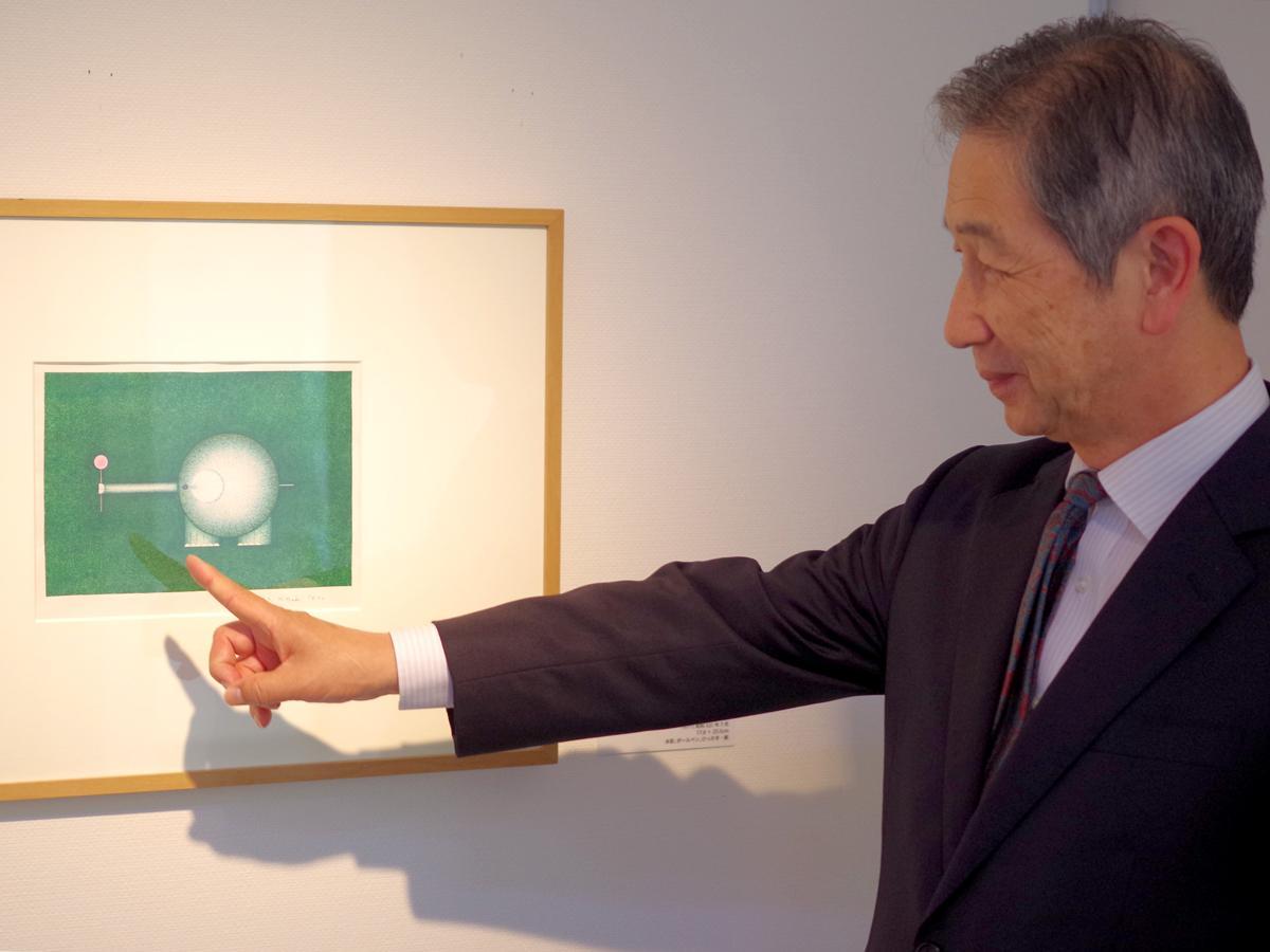 「ぞうさん」の絵を解説する瀬戸内市立美術館の岸本員臣館長