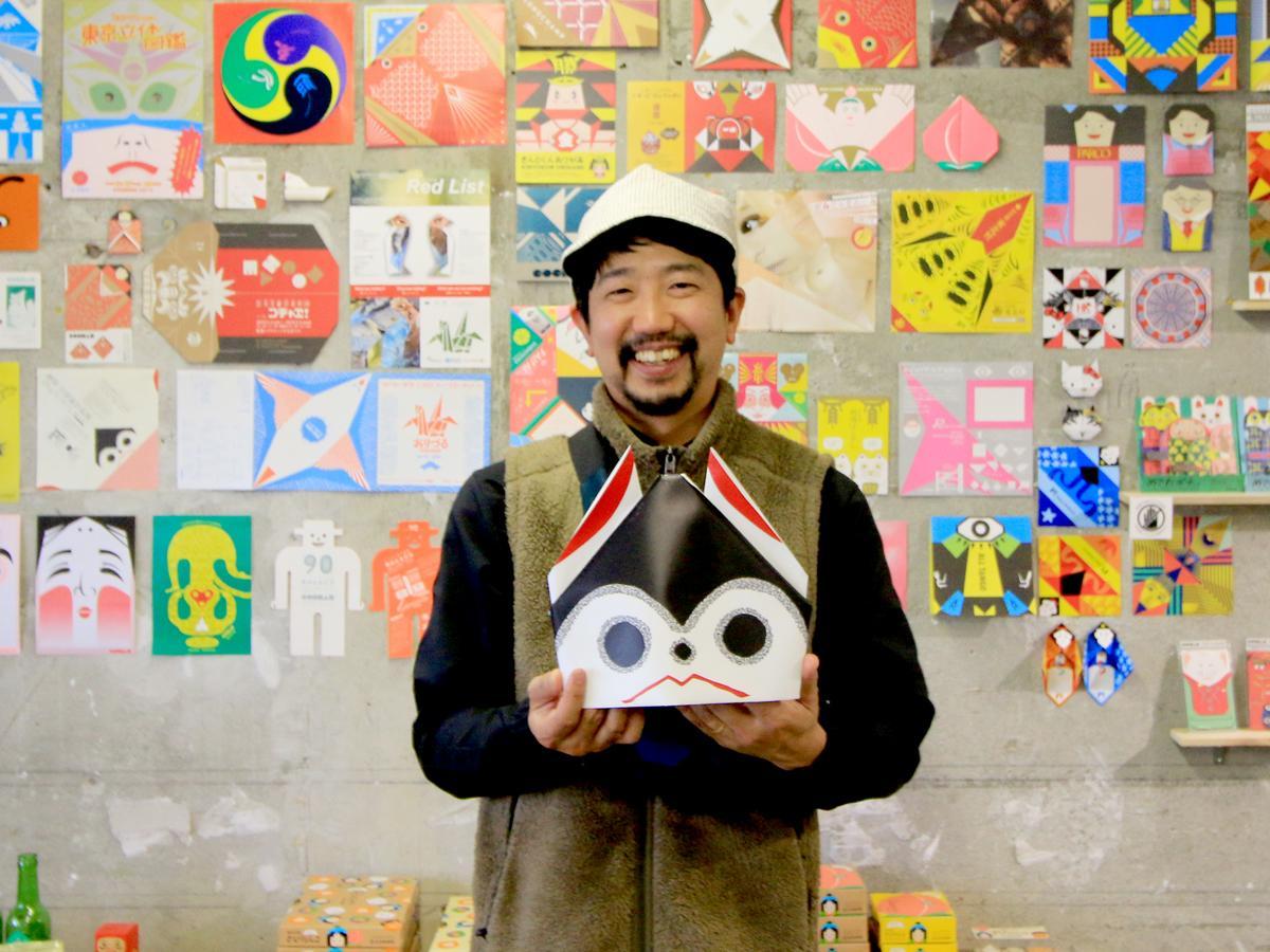 15周年展を行うCCCSCDで「ワンワン」を手にするコチャエの軸原ヨウスケさん