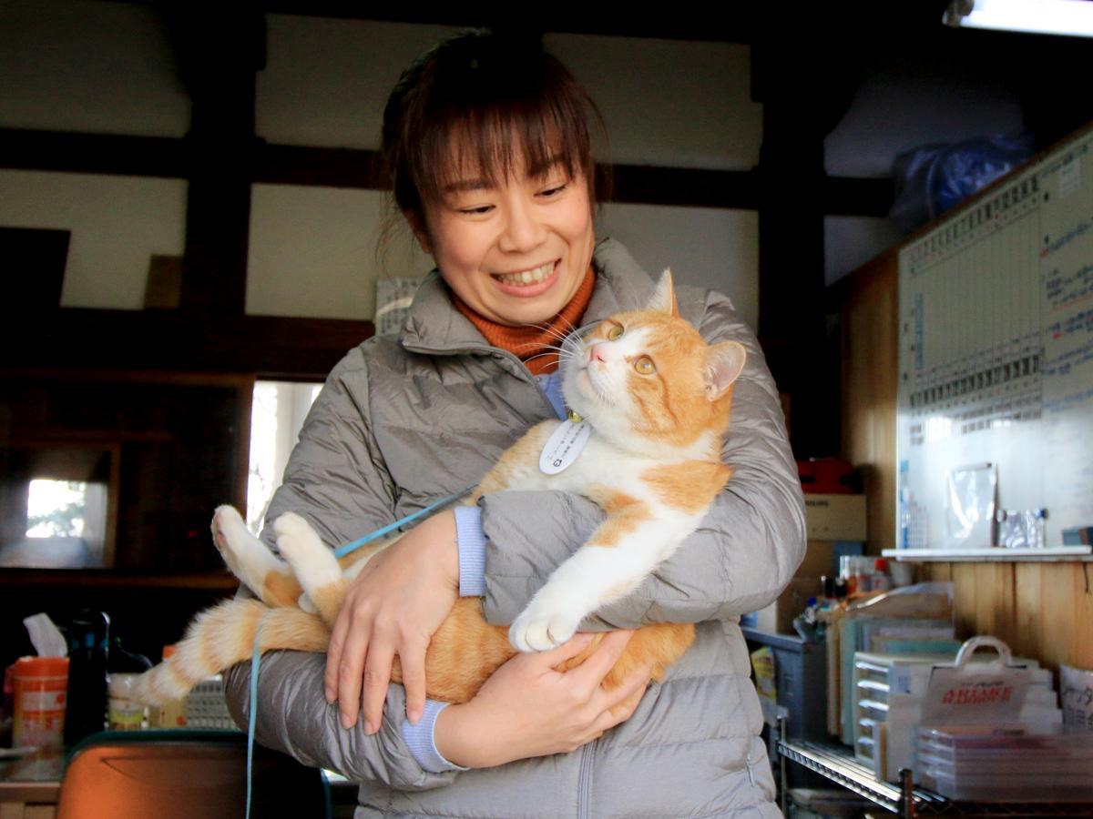備中松山城・猫城主の「さんじゅーろー」と高梁市観光協会の大樫文子さん