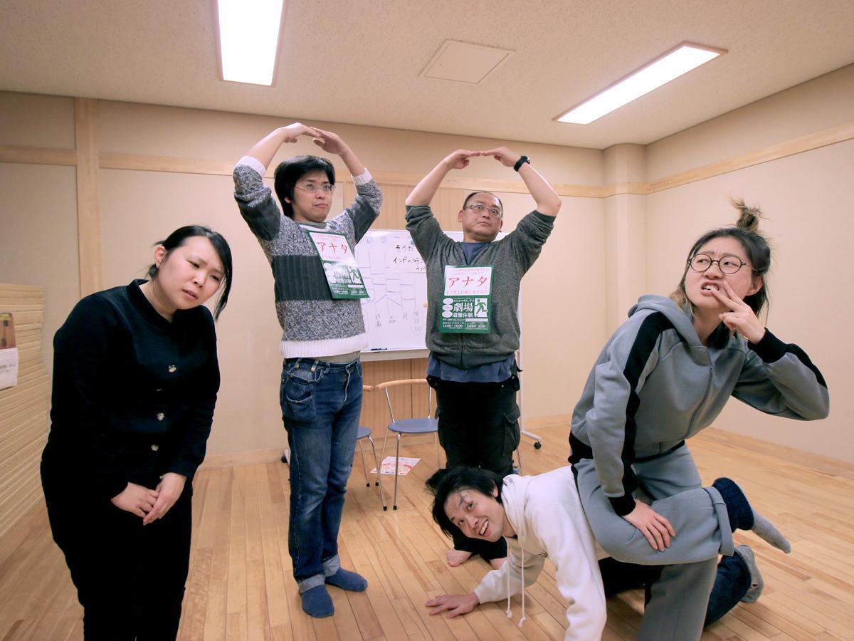 即興演劇を行う出演者 左から西園加さん、大和健さん、有賀とういちろうさん、荒井良太郎さん、うっけんさん