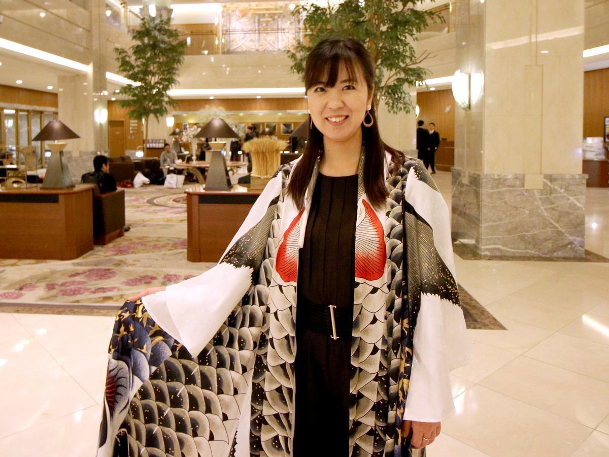 こいのぼりの衣装を着た情景描写ピアニストの山地真美さん