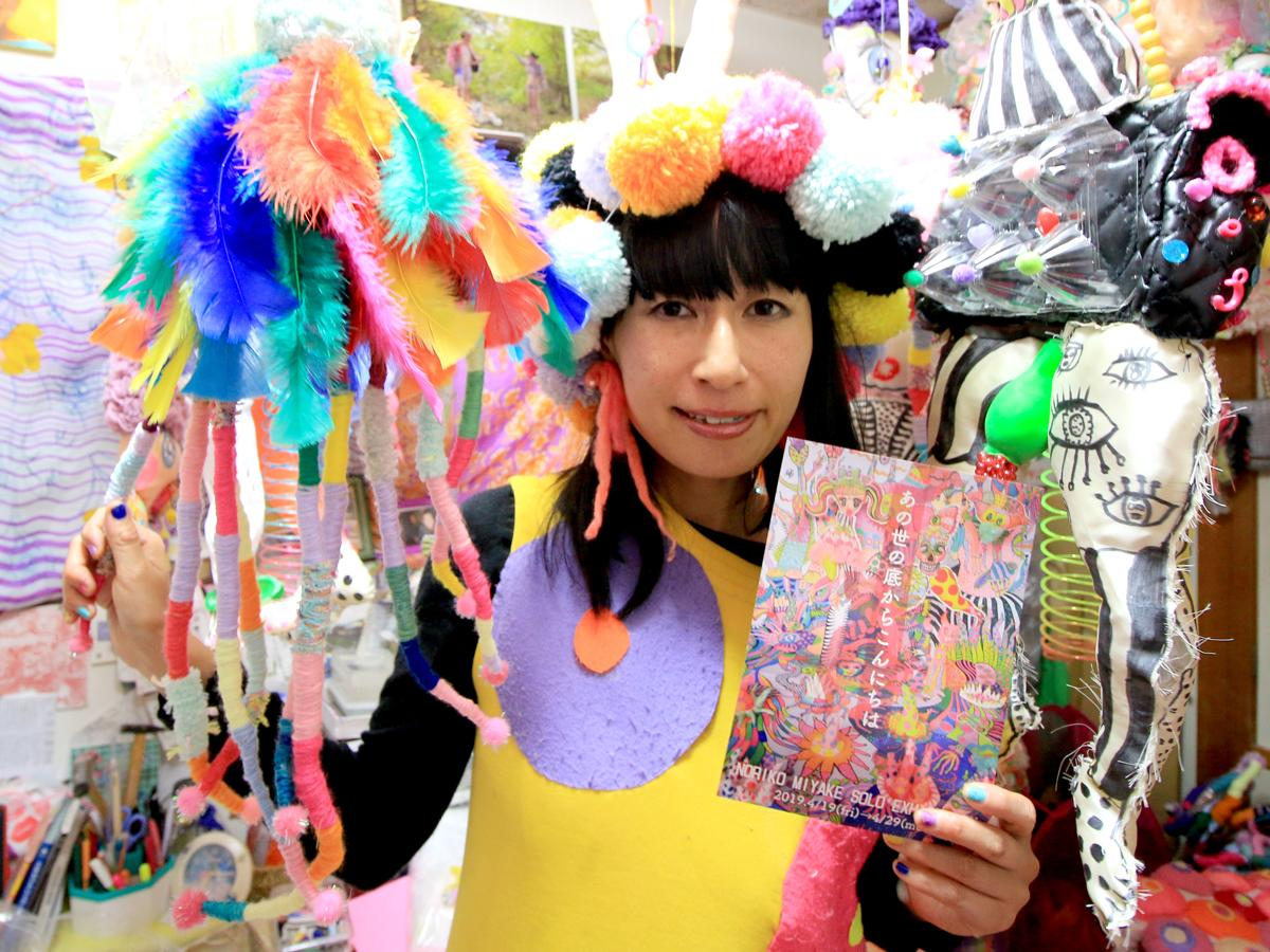作品に囲まれるテキスタイルアーティスト三宅典子さん