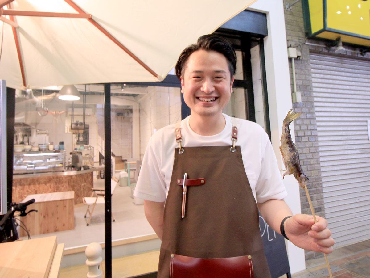 アマゴを持つ店主の松田礼平さん