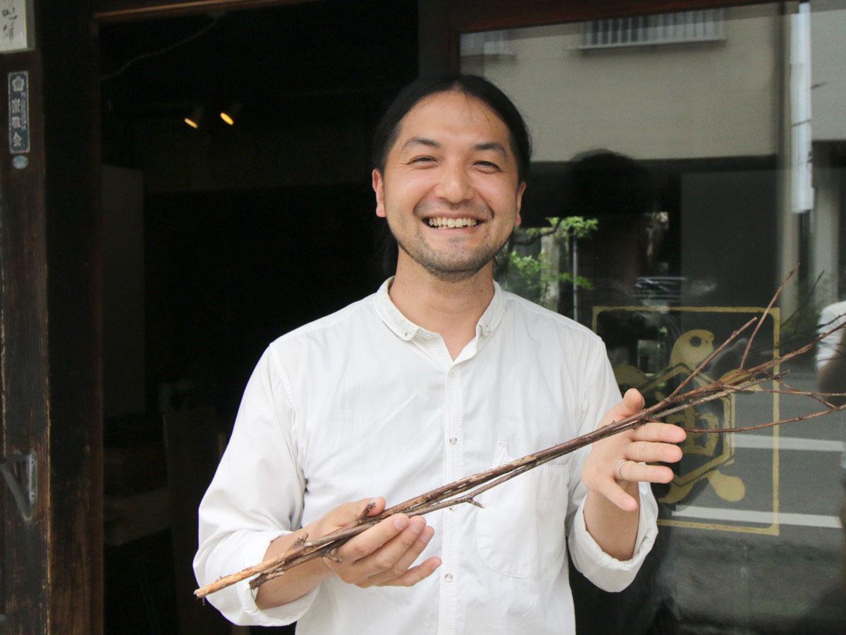 「アートスペース油亀」のオーナー・柏戸喜貴さん