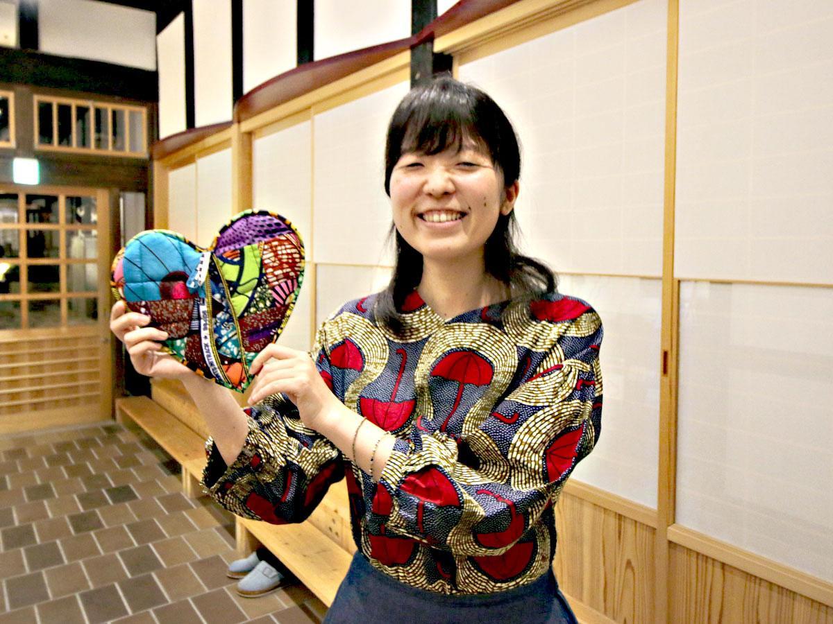 鍋つかみを持つジャムタンの田賀朋子さん