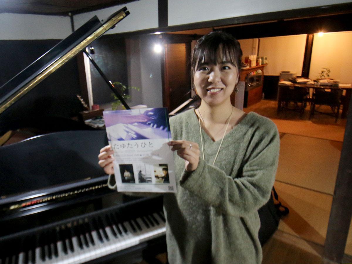 「たゆたう人」が行われる古民家にあるピアノと情景描写ビア二スト・山地真美さん