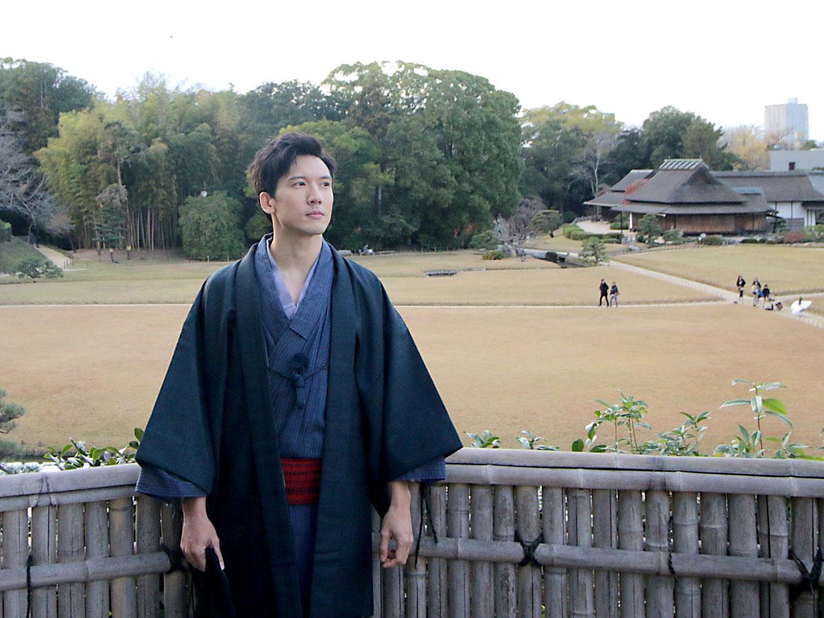 岡山後楽園で撮影する香港の俳優・Kenny Kwan(ケニー・クァン)さん