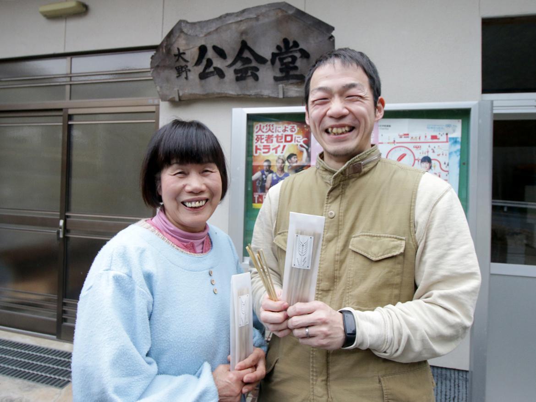 麦ストローを販売する「岡山御津お正月研究会」メンバーの河太勝子さんと宮嶋泰明さん(左から)