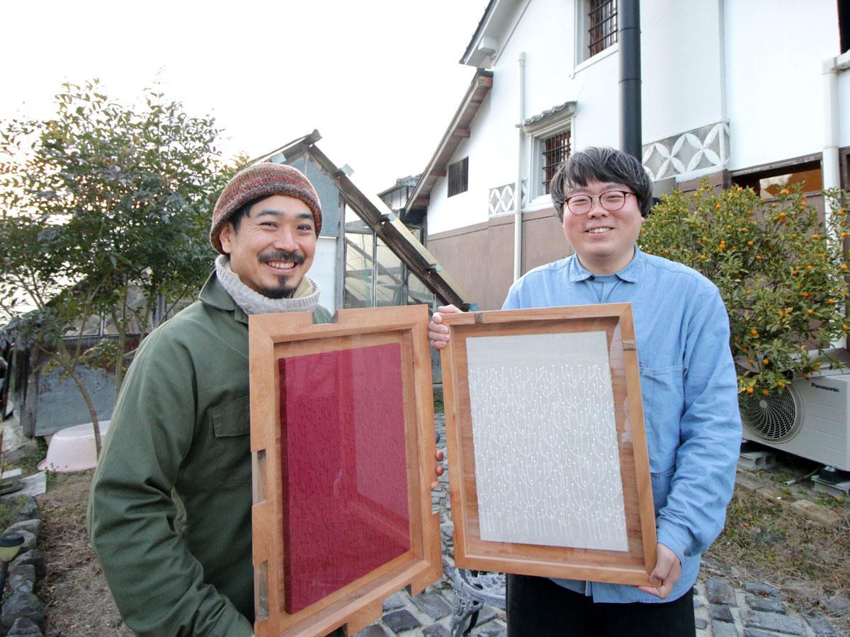 共同作品展「纏(まと)う、飾る、贈る」の「ねっこからとべ」の樋口真規さん(右)と「キノワ」の上田敏之さん(左)