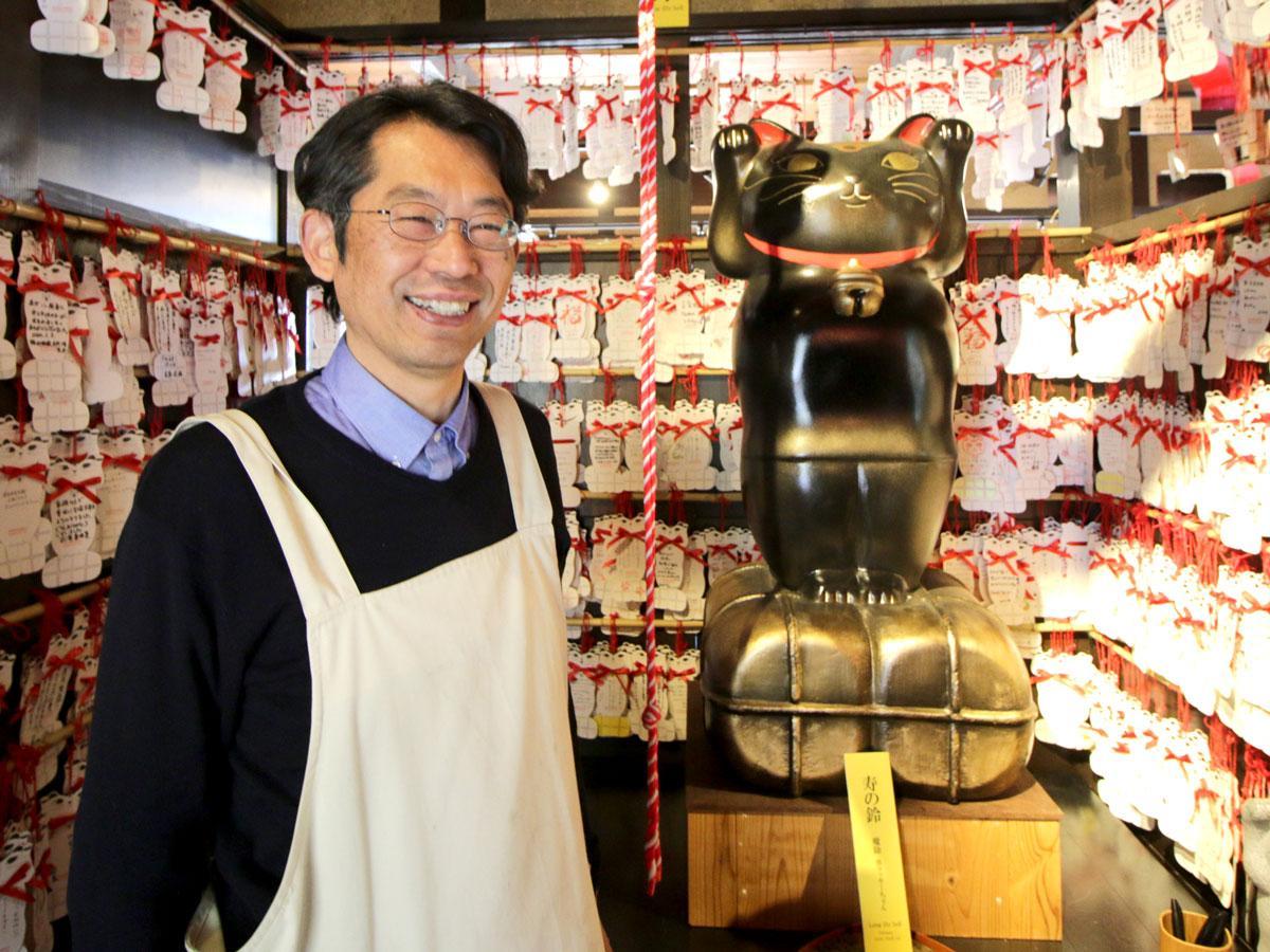 2月22日を入場無料とする「招き猫美術館」館長の虫明修さん