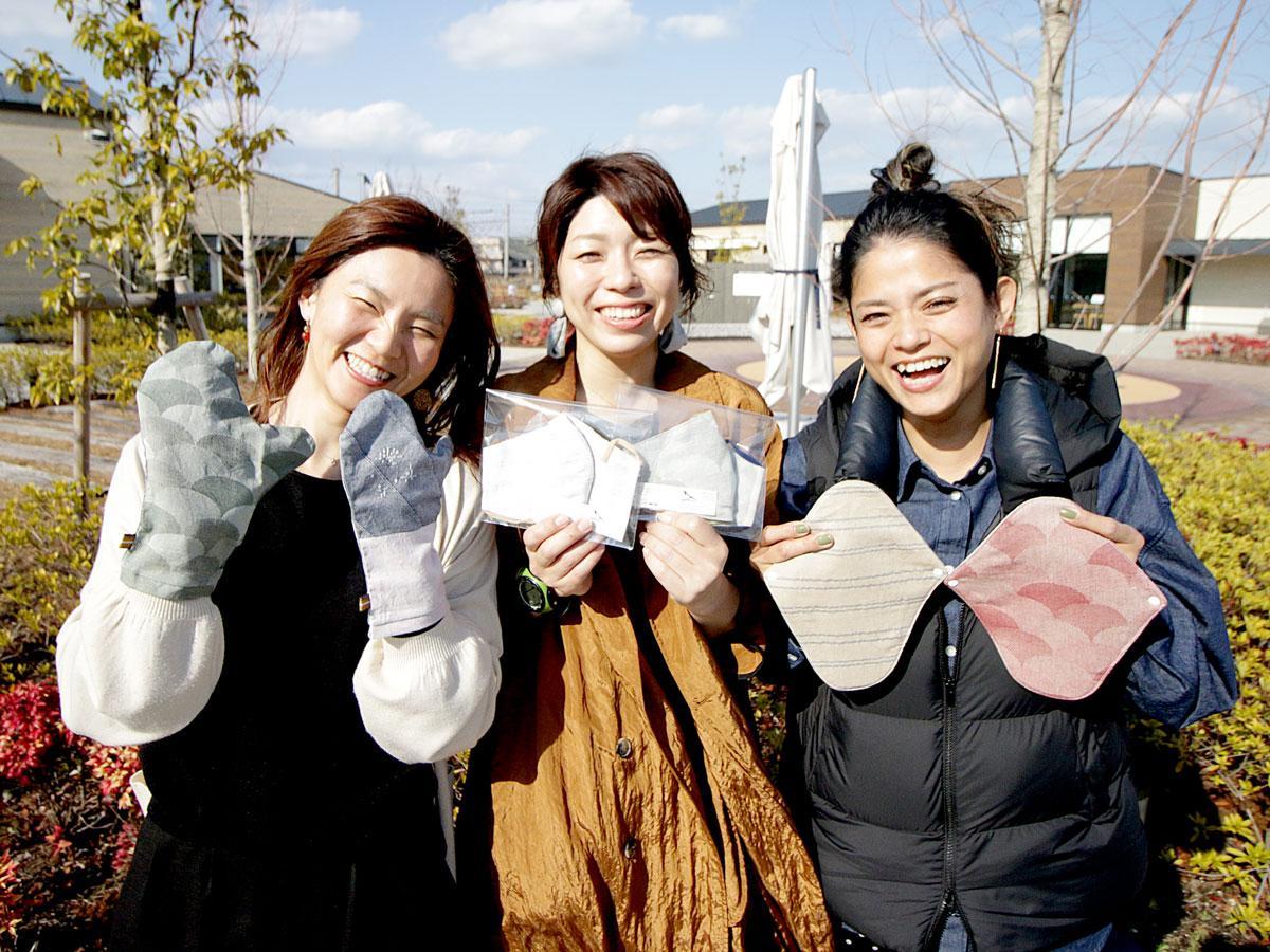 「からだ喜ぶ会」の新谷知恵美さん、井辻美緒さん、大原絵里さん(左から)