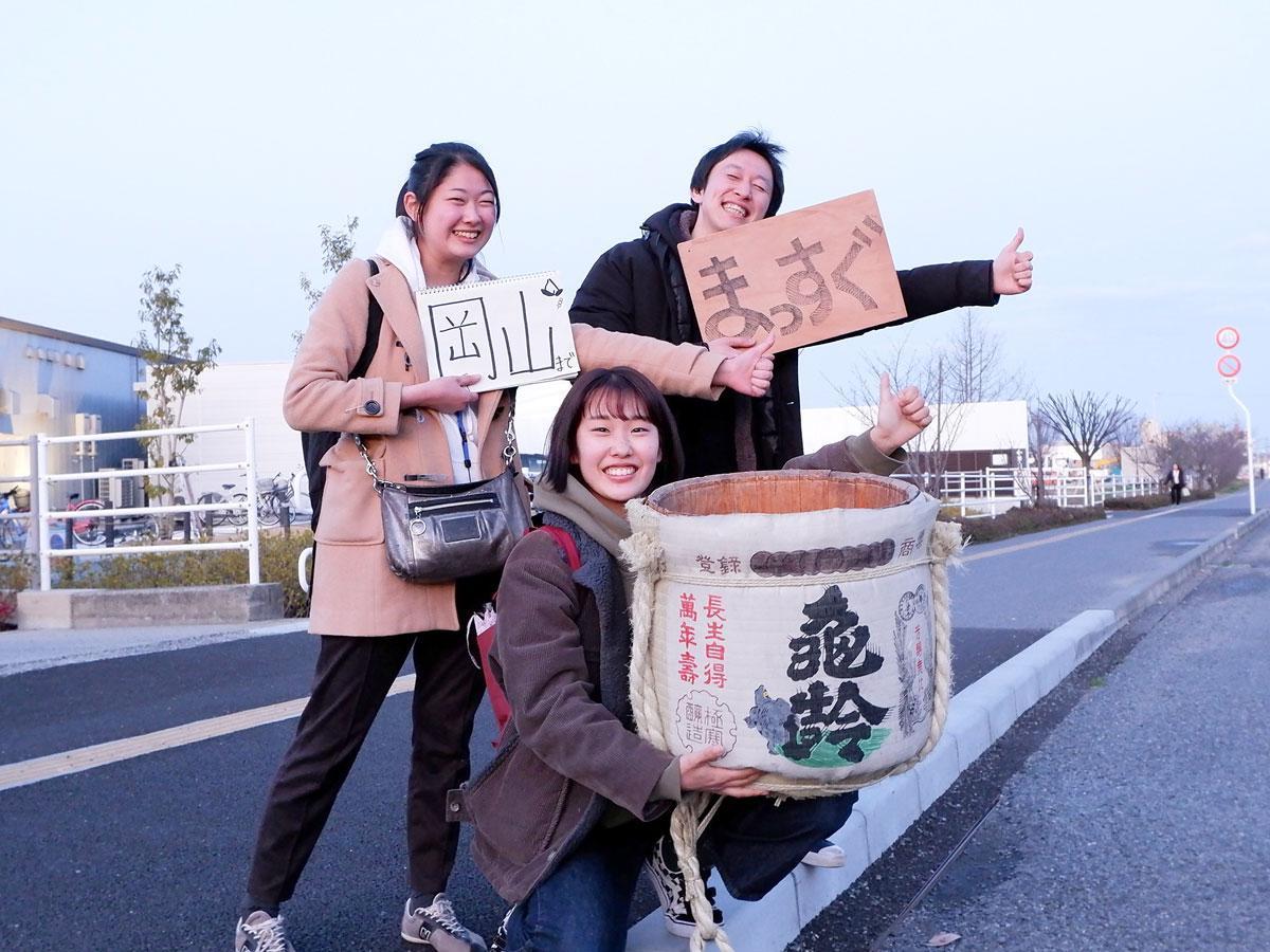 「いま、会いにいきますプロジェクト」中、ヒッチハイクで岡山に来た飲食店兼ゲストハウス「縁」の正垣紅さん、大学生の玉木友貴さん、三輪彩紀子さん