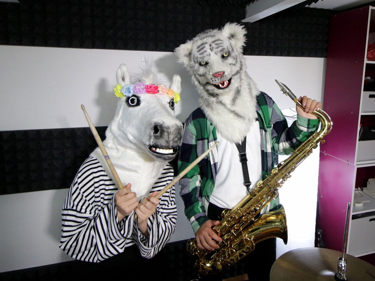 きょうだいバンド「TORAUMA(トラウマ)」のウマルさんとトラジさん