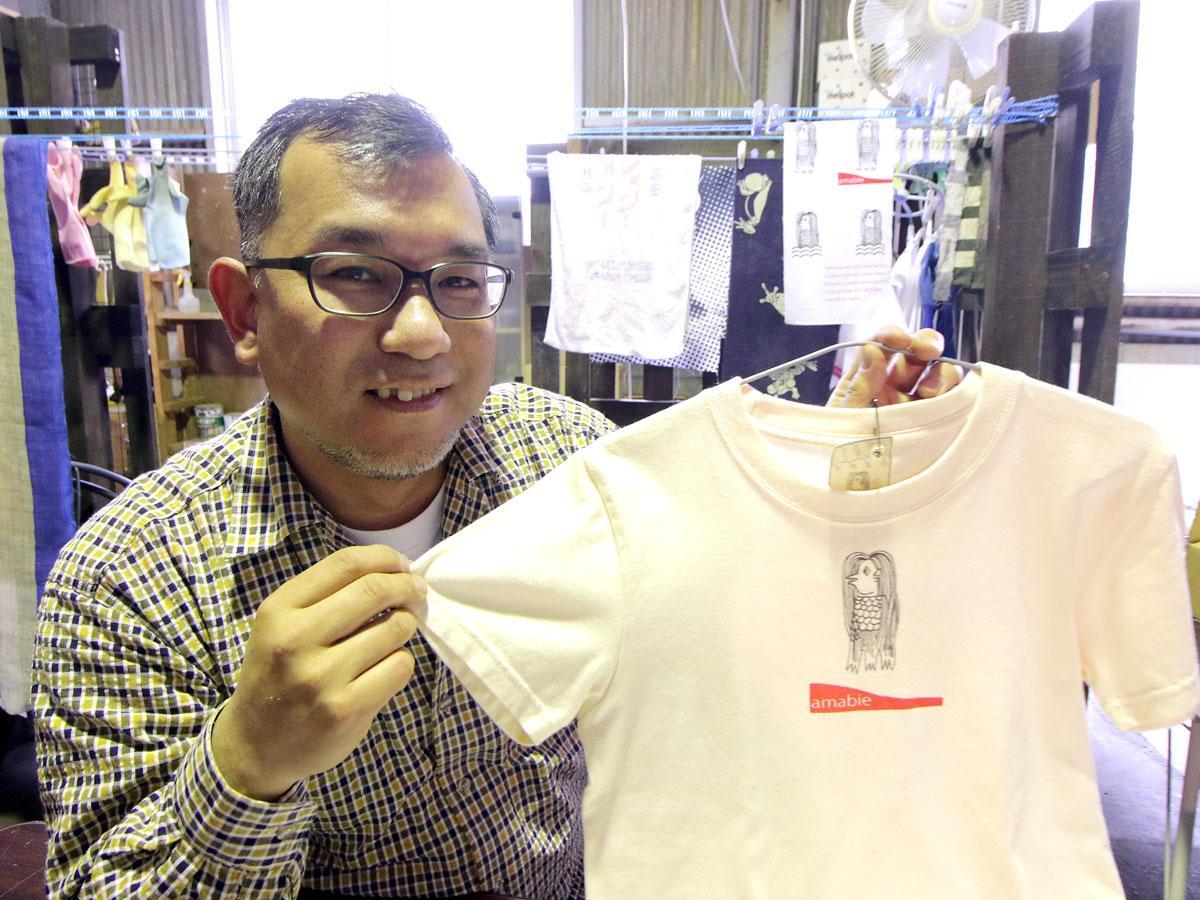 アマビエTシャツを販売している染色家・北野静樹さん