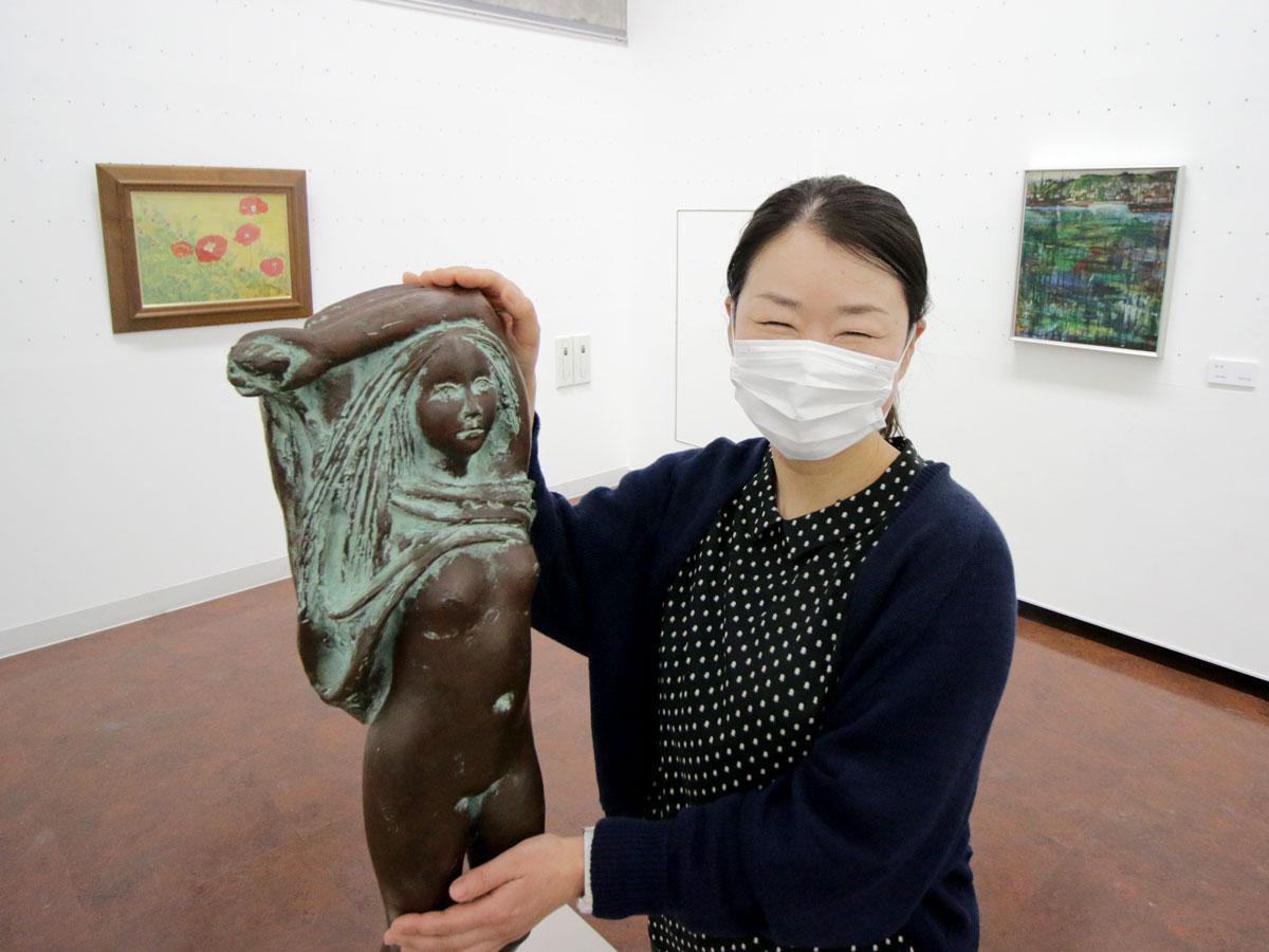 蛭田二郎さんの彫刻「長い髪の女~胸上布~」と天神山文化プラザの加藤淳子さん
