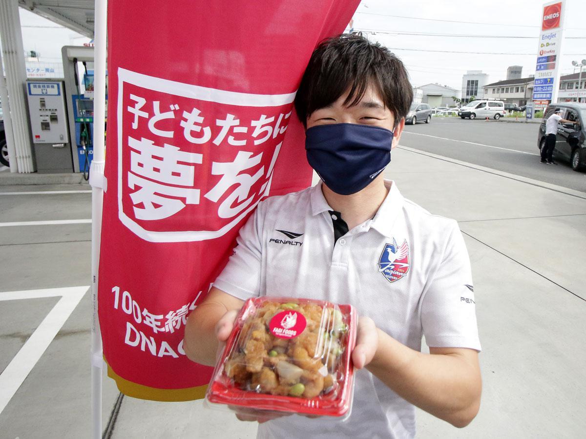 ファジフーズのドライブスルー担当スタッフ・青柳景介さん