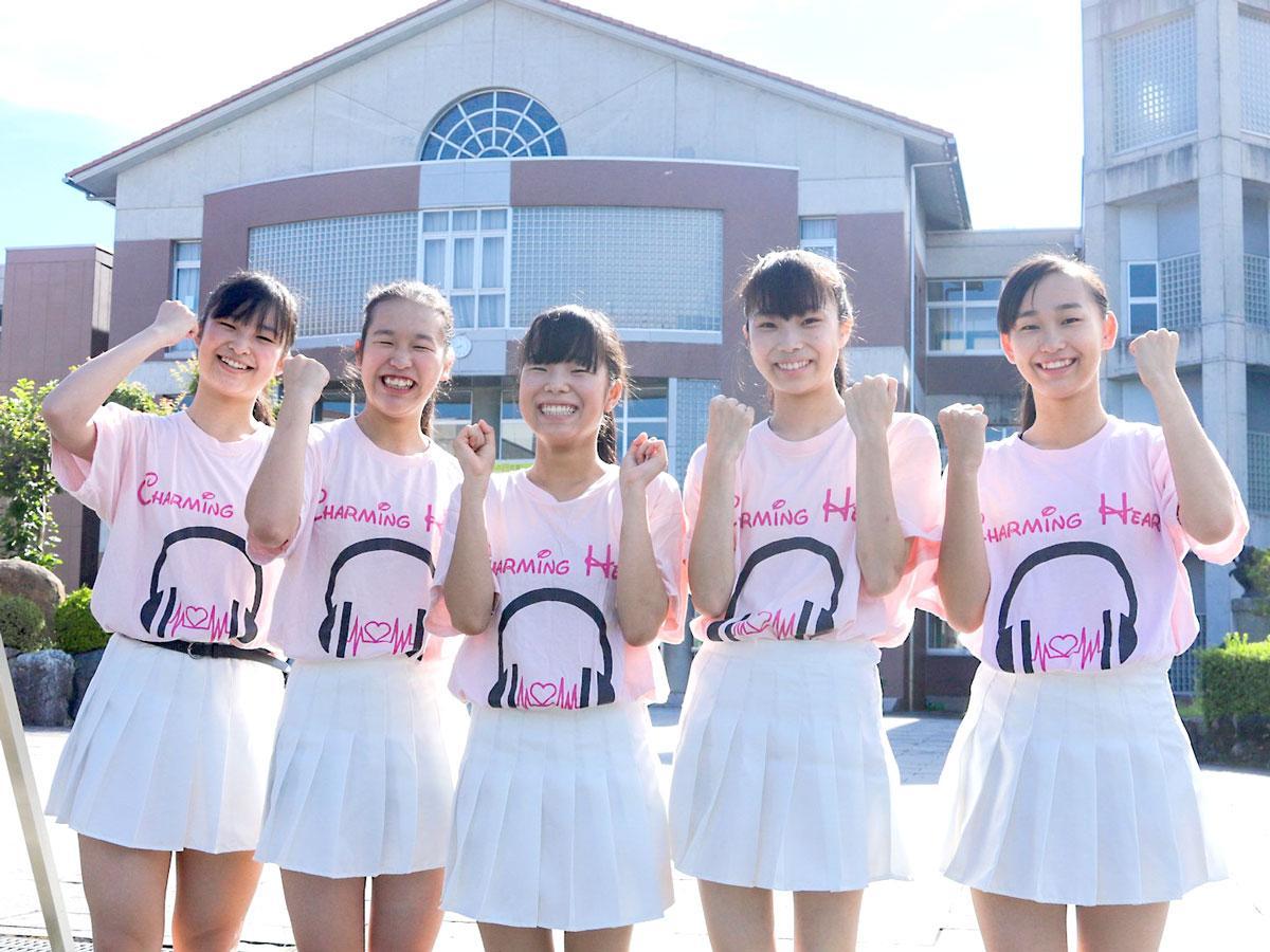 「チャーミングハート」の中島由雲さん、林笑さん、谷口真緒さん、坂元杏海さん、坂元菜那さん