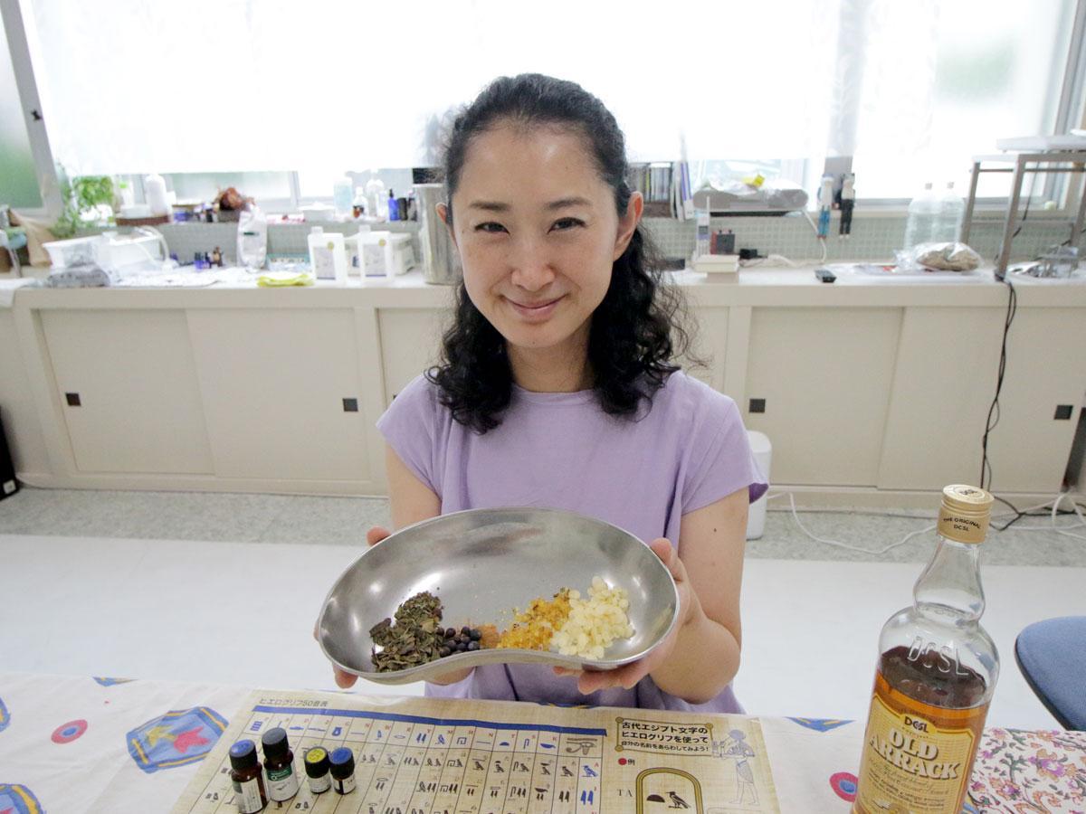 「ミイラづくりの香りワークショップ」を主催する白石須万子さん