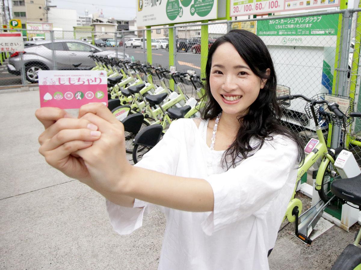 「ももちゃり」のチャージ済み利用カード配布ポスターモデルの井野川真希さん