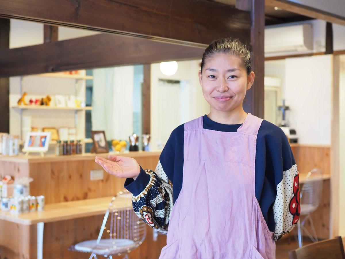 白石島にプレオープンした「菜食茶店 KUa(クア)」店主のムヤ歩さん