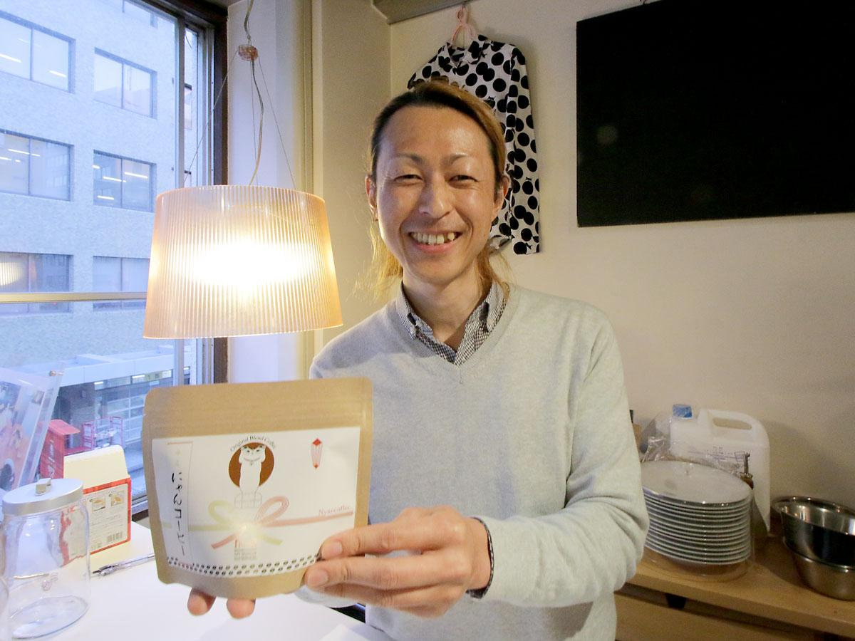 にゃんコーヒーを提供するエクスカフェの杉本克敬さん