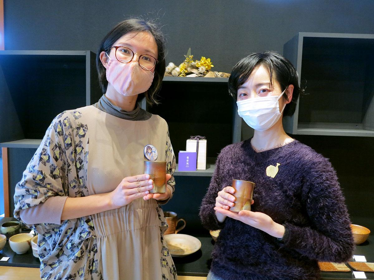 (右から)「藤原肇×備前焼 竹湯呑」企画者の木村敦子さんと藤田恵さん