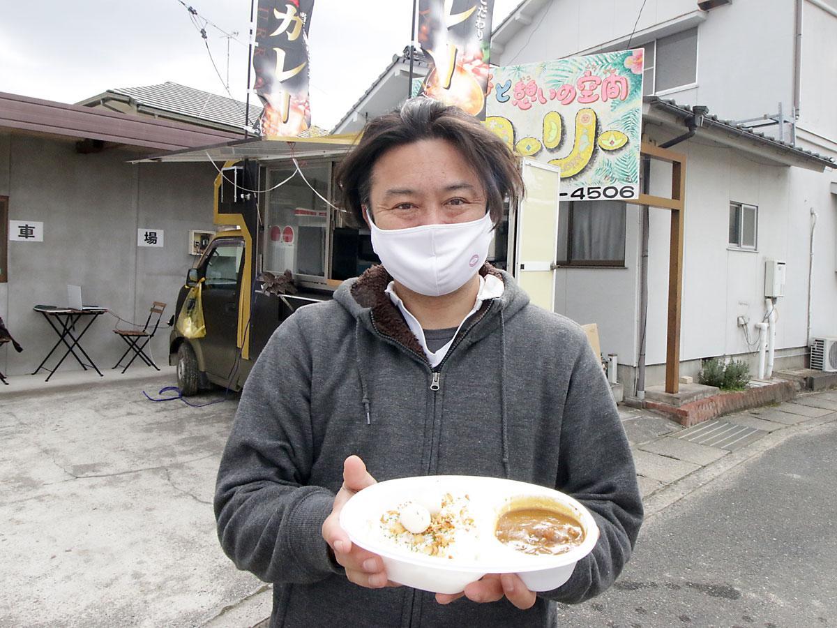 酵素風呂店「グローリー」前でカレーを販売する峰岸秀政さん